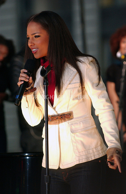 WWW.ACEPIXS.COM . . . . .....November 13, 2007. New York City....Singer Alicia Keys performs on Good Morning America in Times Square, New York City...  ....Please byline: Kristin Callahan - ACEPIXS.COM..... *** ***..Ace Pictures, Inc:  ..Philip Vaughan (646) 769 0430..e-mail: info@acepixs.com..web: http://www.acepixs.com