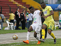 BUCARAMANGA-COLOMBIA-10-04-2016. Michael Balanta (Der) jugador del Atlético Bucaramanga disputa el balón con Luis Murillo (Izq) jugador de Once Caldas durante partido por la fecha 12 de la Liga Águila I 2016 jugado en el estadio Alfonso López de la ciudad de Bucaramanga./ Michael Balanta (R) player of Atletico Bucaramanga struggles the ball with Luis Murillo (L) player of Once Caldas during match for the date 12 of the Aguila League I 2016 played at Alfonso Lopez stadium in Bucaramanga city. Photo: VizzorImage / Duncan Bustamante / Cont