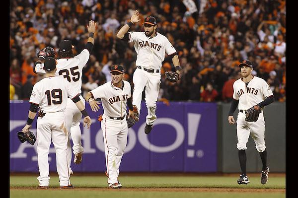 THM19. SAN FRANCISCO (EEUU), 21/10/2012.- Jugadores de los Gigantes de San Francisco celebran en el partido contra los Cardenales de San Luis hoy, domingo 21 de octubre de 2012, en el AT&T Park de San Francisco (EEUU). EFE/MONICA M. DAVEY