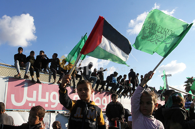 Palestinians take part in a rally marking the 29th anniversary of the founding of the Hamas movement, in Khan Younis in the southern Gaza Strip December 11, 2016. Photo by Abed Rahim Khatib
