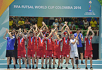 CALI -COLOMBIA-01-10-2016: Jugadores de Irán saludan como terceros la final de la Copa Mundial de Futsal de la FIFA Colombia 2016 jugado en el Coliseo del Pueblo en Cali, Colombia. / Players of Iran lift the arms to greet after winning the third place of the FIFA Futsal World Cup Colombia 2016 played at Metropolitan Coliseo del Pueblo in Cali, Colombia. Photo: VizzorImage/ Gabriel Aponte / Staff