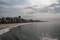 RIO DE JANEIRO, RJ, 14.02.2014 - CLIMA TEMPO RIO DE JANEIRO - Banhistas aproveitam o calor na Praia do Leblon, zona sul do Rio de Janeiro, nesta quinta-feira (14). Foto: Néstor J. Beremblum / Brazil Photo Press).