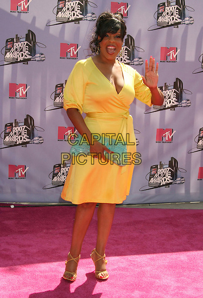 NIECY NASH.2007 MTV Movie Awards held at the Gibson Amphitheater, Universal City, California, USA..June 3rd, 2007.full length yellow dress hand palm waving blue turquoise clutch purse wrap .CAP/ADM/RE.©Russ Elliot/AdMedia/Capital Pictures *** Local Caption *** ...