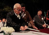 SAO PAULO, SP, 05 DE AGOSTO 2012 - II TOORO NAGAGASHI - Takashi Morita (e), Komoto Torigoe  e Shunji Morimoto (d) sobrevivente da bomba nuclear de Hiroshima durante homenagem  dos 67 anos da bomba atômica de Hiroshima, o Parque do Ibirapuera celebra a segunda edição do Tooro Nagashi (Luzes da Paz) na noite deste domingo. FOTO: VANESSA CARVALHO / BRAZIL PHOTO PRESS.