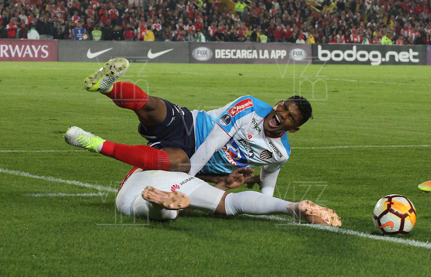 BOGOTÁ -COLOMBIA, 08-11-2018:Yeison Gordillo (Izq.) jugador de Independiente Santa Fe  de Colombia disputa el balón con Rafael Perez (Der.) jugador  del Atlético Junior  de Colombia durante primer  partido por la semifinal   de La Copa Conmebol Sudamericana 2018,jugado en el estadio Nemesio Camacho El Campín de la ciudad de Bogotá./ Yeison Gordillo (L) Player of Independiente Santa Fe of Colombia disputes the ball withRafael Perez (R) Player of Atletico Junior of Colombia during the first match for the semifinal of Conmebol Sudamericana Cup 2018, played at the Nemesio Camacho stadium in Bogotá city.Photo: VizzorImage/ Felipe Caicedo / Staff