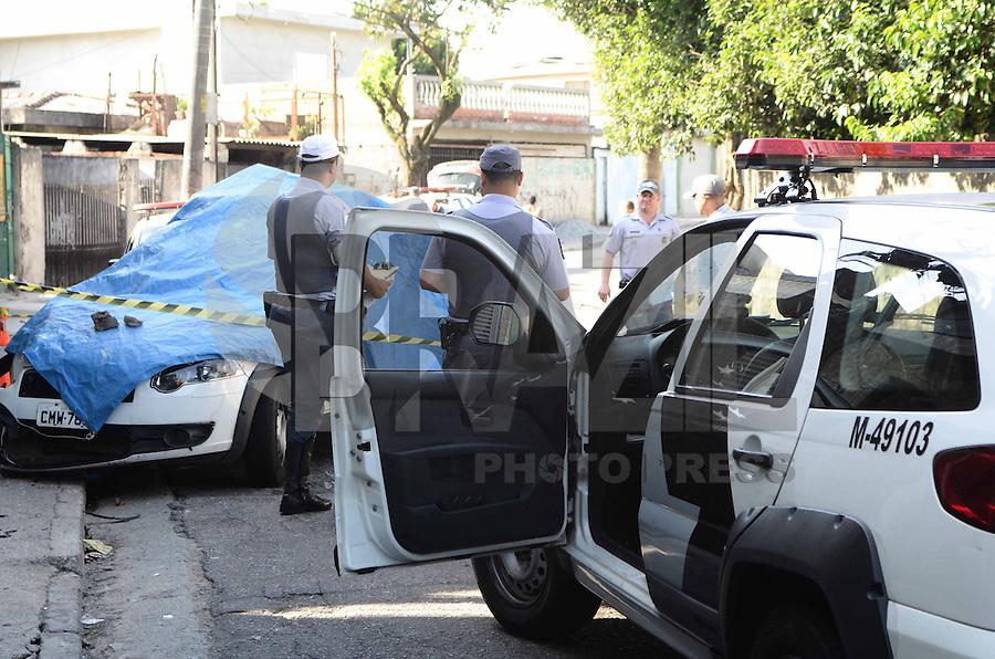 SAO PAULO, SP, 05 DEZEMBRO 2012 - ACIDENTE VIATURA POLICIA MILITAR - Veículo do 49º BPM da Polícia Militar que perdeu o controle durante uma perseguição e bateu em um poste na Rua Joana Pedroso dos Santos, no Bairro Parada de Taipas, em São Paulo, nesta quarta-feira. (FOTO: ADRIANO LIMA / BRAZIL PHOTO PRESS).