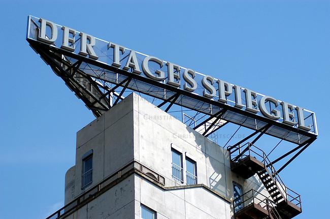 Querelen auf dem Berliner Zeitungsmarkt<br /> Die beiden Medien-Konzerne Holtzbrinck und Springer haben im Streit um die Neuordnung des Berliner Zeitungsmarkts mit der Einstellung ihrer Hauptstadt-Zeitungen gedroht.<br /> Der Holtzbrink-Konzern, Inhaber des &quot;Tagesspiegel&quot;, beabsichtigt die &quot;Berliner Zeitung&ldquo; von Gruner &amp; Jahr zu kaufen. Dazu ist eine Sondererlaubnis des Bundeswirtschaftsministers Minister Clement erforderlich. Sollte Clement diese Erlaubnis nicht erteilen, wuerde der Holtzbinck-Konzern sich vorbehalten den Tagesspiegel einzustellen.<br /> Der Springer-Konzern droht im Fall einer Kauferlaubnis durch den Bundeswirtschaftsminister seine Zeitungen &quot;Berliner Morgenpost&quot; und &quot;Die Welt&quot; einzustellen.<br /> Hier: Verlagsgebaeude der Tageszeitung &quot;Der Tagesspiegel&quot;.<br /> 23.4.2003, Berlin<br /> Copyright: Christian-Ditsch.de<br /> [Inhaltsveraendernde Manipulation des Fotos nur nach ausdruecklicher Genehmigung des Fotografen. Vereinbarungen ueber Abtretung von Persoenlichkeitsrechten/Model Release der abgebildeten Person/Personen liegen nicht vor. NO MODEL RELEASE! Nur fuer Redaktionelle Zwecke. Don't publish without copyright Christian-Ditsch.de, Veroeffentlichung nur mit Fotografennennung, sowie gegen Honorar, MwSt. und Beleg. Konto: I N G - D i B a, IBAN DE58500105175400192269, BIC INGDDEFFXXX, Kontakt: post@christian-ditsch.de<br /> Bei der Bearbeitung der Dateiinformationen darf die Urheberkennzeichnung in den EXIF- und  IPTC-Daten nicht entfernt werden, diese sind in digitalen Medien nach &sect;95c UrhG rechtlich geschuetzt. Der Urhebervermerk wird gemaess &sect;13 UrhG verlangt.]