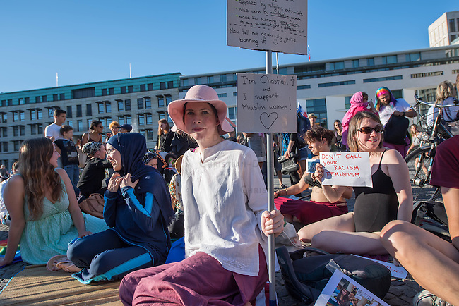 Protest gegen das Burkini-Verbot in Frankreich.<br /> Muslimische und nicht-muslimische Frauen protestierten am Donnerstag den 25. August 2016 in Berlin mit einer &quot;Beach-Party gegen Rassismus&quot; vor der Franzoesischen Botschaft gegen das Verbot der muslimischen Badebekleidung &quot;Burkini&quot;.<br /> In Frankreich war wenige Tage zuvor eine muslimische Frau am Strand von Polizeibeamten unter dem Applaus von umstehenden Badegaesten gezwungen worden ihre Strandbekleidung auszuziehen.<br /> Links im Bild: Larissa aus aus Berlin hat sich fuer diesen Protest einen Original Burkini angezogen.<br /> 25.8.2016, Berlin<br /> Copyright: Christian-Ditsch.de<br /> [Inhaltsveraendernde Manipulation des Fotos nur nach ausdruecklicher Genehmigung des Fotografen. Vereinbarungen ueber Abtretung von Persoenlichkeitsrechten/Model Release der abgebildeten Person/Personen liegen nicht vor. NO MODEL RELEASE! Nur fuer Redaktionelle Zwecke. Don't publish without copyright Christian-Ditsch.de, Veroeffentlichung nur mit Fotografennennung, sowie gegen Honorar, MwSt. und Beleg. Konto: I N G - D i B a, IBAN DE58500105175400192269, BIC INGDDEFFXXX, Kontakt: post@christian-ditsch.de<br /> Bei der Bearbeitung der Dateiinformationen darf die Urheberkennzeichnung in den EXIF- und  IPTC-Daten nicht entfernt werden, diese sind in digitalen Medien nach &sect;95c UrhG rechtlich geschuetzt. Der Urhebervermerk wird gemaess &sect;13 UrhG verlangt.]