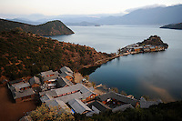 CHINA Province Yunnan, Lugu Lake, Mosuo village and peninsula with lodges and restaurants /CHINA Provinz Yunnan , Lugu See, Mosuo Dorf und Halbinsel mit Hotels and Restaurants