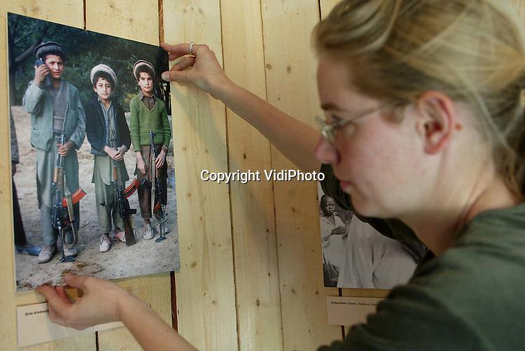 """Foto: VidiPhoto..GROESBEEK - In het Nationaal Bevrijdingsmuseum 1944-1945 in Groesbeek wordt woensdag met man en macht gewerkt om de tentoonstelling """"Kind onder vuur... bedreiging en bescherming in oorlogstijd"""" op tijd gereed te krijgen. De bijzondere expositie over kinderen als oorlogsslachtoffer op tal van plaatsen in de wereld, wordt donderdag geopend door prinses Margriet. In de afgelopen tien jaar zijn zo'n 1,5 miljoen kinderen omgekomen tijdens een gewapend conflict. De tentoonstelling wordt ingericht in samenwerking met het Rode Kruis."""