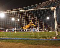 NAPOLI 08/11/2012 - GRUPPO F UEFA  EUROPA LEAGUE.INCONTRO NAPOLI - DNIPRO.NELLA FOTO GOL EDINSON CAVANI 2 A 2 .FOTO CIRO DE LUCA