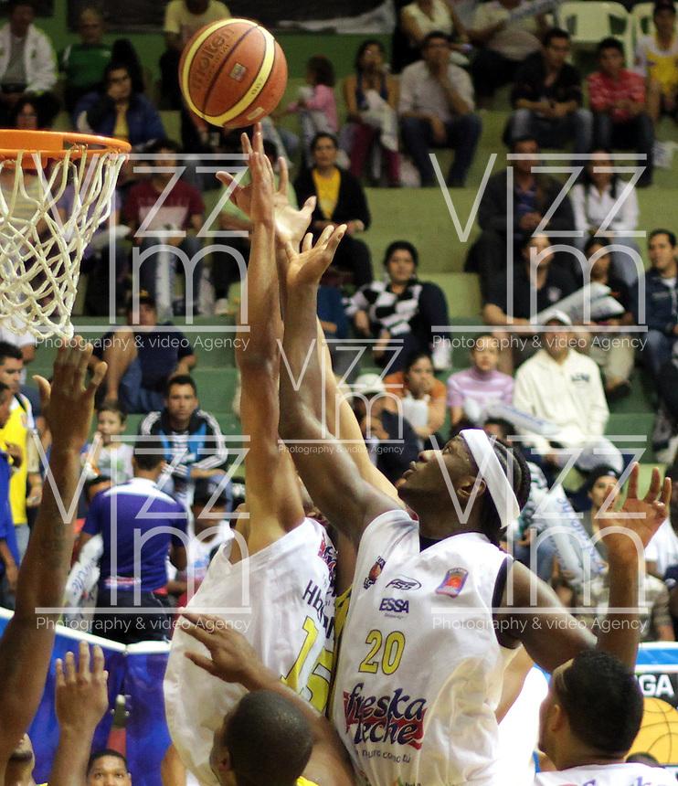 BUCARAMANGA -COLOMBIA, 07-05-2013. Hernández Villamil (I) y Jason Edwin (D) de Búcaros tratan de anotaren contra de Bambuqueros durante partido de la fecha 12 fase II de la  Liga DirecTV de baloncesto Profesional de Colombia realizado en el coliseo Vicente Díaz Romero en Bucaramanga./ Hernández Villamil (L) and Jason Edwin (R) of Bucaros try to score against Bambuqueros during match of the 12th date phase II of  DirecTV professional basketball League in Colombia at Vicente Diaz Romero coliseum in Bucaramanga . Photo:VizzorImage / Jaime Moreno / STR