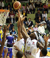 BUCARAMANGA -COLOMBIA, 07-05-2013. Hernández Villamil (I) y Jason Edwin (D) de Búcaros tratan de anotaren contra de Bambuqueros durante partido de la fecha 12 fase II de la  Liga DirecTV de baloncesto Profesional de Colombia realizado en el coliseo Vicente Díaz Romero en Bucaramanga./ Hernández Villamil (L) and Jason Edwin (R) of Bucaros try to score against Bambuqueros during match of the 12th date phase II of  DirecTV professional basketball League in Colombia at Vicente Diaz Romero coliseum in Bucaramanga . Photo:VizzorImage / Jaime Moreno / STR