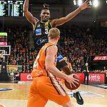 08.03.2020, ratiopharm arena, Neu-Ulm, GER, BBL, ratiopharm ulm vs MHP Riesen Ludwigsburg, <br /> im Bild Jaleen Smith (Ludwigsburg, #3) baut sich vor Seth Hinrichs (Ulm, #21) auf<br /> <br /> Foto © nordphoto / Hafner