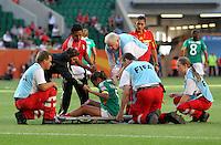 Wolfsburg , 270611 , FIFA / Frauen Weltmeisterschaft 2011 / Womens Worldcup 2011 , Gruppe B  ,  .England - Mexico .Sanitäter helfen Maribel Dominguez (Mexico) wegen Krampf auf die Trage .Foto:Karina Hessland .
