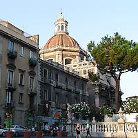 Piazza Duomo a Catania, sullo sfondo la cupola della Cattedrale di Sant'Agata patrona della città...Duomo square in Catania, in the background the cupola of Sant'Agata Cathedral the patron saint of the city.