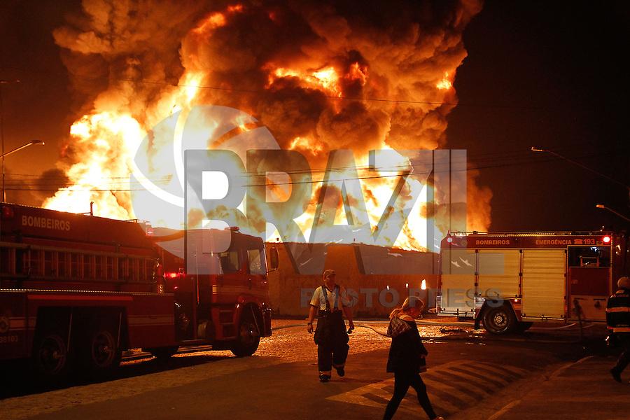 SAO PAULO, SP, 24.08.2014 - INCENDIO IPIRANGA - Um incêndio de grandes proporções atinge um imóvel onde funciona uma fábrica na noite deste domingo (24) no Ipiranga, na Zona Sul de São Paulo. Ao menos 28 equipes foram enviadas ao local, na Rua Urutaguá, pelo Corpo de Bombeiros para combater as chamas.<br /> Não há informações sobre vítimas. Um balão teria caído sobre a fábrica, dando início ao incêndio, mas as causas ainda serão investigadas. (Foto: Amauri Nehn / Brazil Photo Press).