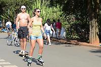 ATENCAO EDITOR: FOTO EMBARGADA PARA VEICULOS INTERNACIONAIS. SAO PAULO, 21 DE OUTUBRO DE 2012 - CALOR IBIRAPUERA - Paulistano aproveita tarde quente no Parque do Ibirapuera, regiao sul da capital neste domingo, primeiro dia do horario de verao. FOTO: ALEXANDRE MOREIRA - BRAZIL PHOTO PRESS