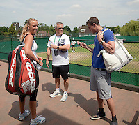 23-06-10, Tennis, England, Wimbledon, Caroline Wozniacki her father Piotr and her brother Patrik are waitng to go on practice court