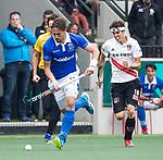 AMSTELVEEN - Bjorn Kellerman (Kampong) met Johannes Mooij (A'dam)   tijdens  de  eerste finalewedstrijd van de play-offs om de landtitel in het Wagener Stadion, tussen Amsterdam en Kampong (1-1). Kampong wint de shoot outs.  . COPYRIGHT KOEN SUYK