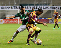 CALI -COLOMBIA-02-08-2015. Kevin Balanta (Izq) jugador de Deportivo Cali disputa el balón con Wilmar Barrios (Der) jugador de Deportes Tolima durante partido entre Deportivo Cali y Deportes Tolima por la fecha 4 de la Liga Aguila II 2015 jugado en el estadio Deportivo Cali (Palmaseca) de la ciudad de Cali. / Kevin Balanta (L) player of Deportivo Cali fights for the ball with Wilmar Barrios (R) players of Deportes Tolimal during the match between Deportivo Cali and Deportes Tolima for the 4th date of the Liga Aguila II 2015 played at the Deportivo Cali (Palmaseca) stadium in Cali city. Photo: VizzorImage/ Nelson Rios / Cont