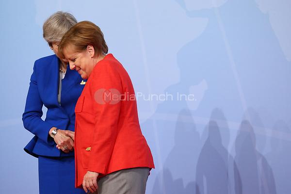 Bundeskanzlerin Angela Merkel begrüßt Theresa May, Premierministerin von Großbritannien, am 07.07.2017 in Hamburg beim G20-Gipfel. Am 07. und 08. Juli kommen in der Hansestadt die Regierungschefs der führenden Industrienationen zum G20-Gipfel zusammen. Foto: Christian Charisius/dpa /MediaPunch ***FOR USA ONLY***