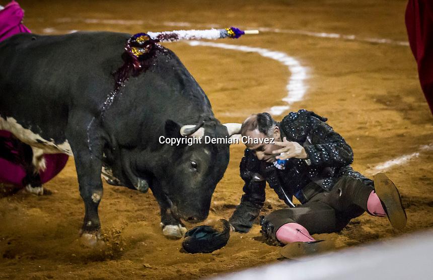 Quer&eacute;taro, Qro. 19 de febrero de 2016.- El matador de toros, el peruano, Andr&eacute;s Roca Rey, durante las faenas en la Plaza de Toros de Provincia Juriquilla. En su &uacute;ltimo toro fe acompa&ntilde;ado por ni&ntilde;os que asistieron a la corrida. <br /> <br /> En esta fecha, tambi&eacute;n lidiaron Pablo Hermoso de Mendoza e Ignacio Garibay.   <br /> <br /> <br /> Al final de la corrida, Andr&eacute;s Roca y Pablo Hermoso salieron en hombros por su extraordinaria faena.<br /> <br /> <br /> Foto: Demian Ch&aacute;vez / Obture.