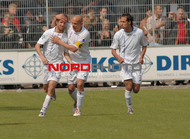 3. FBL 2008/2009 34. Spieltag RŁckrunde BSV Kickers Emden vs. Wacker Burghausen, Torjubel nbei Kickers Emden: Rudi Zedi (Emden #2, 2. v. li.) herzt den TorschŁtzen Markus Unger (Emden #17), rechts Andy Nšgelein (Emden #22) , Foto © nph (nordphoto)