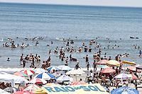 PRAIA GRANDE,SP,30 -12- 2013 - MOVIMENTO PRAIA - Movimentação de banhistas na tarde de hoje na Cidade Ocian na Praia Grande Litoral sul de São Paulo. Foto Ale Vianna/ Brazil Photo Press.
