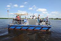 ALGEMEEN: VEGELINSOORD: 16-07-2014, Fietspont en theeschenkerij NIJE SKOU Vegelinsoord, Beheerder familie van Keimpema, de fam. Douwe en Jeltje v.d. Meulen uit Akkrum, Lies ter Haar en Jan Weijman uit Sleen werden overgezet met de pont, ©foto Martin de Jong
