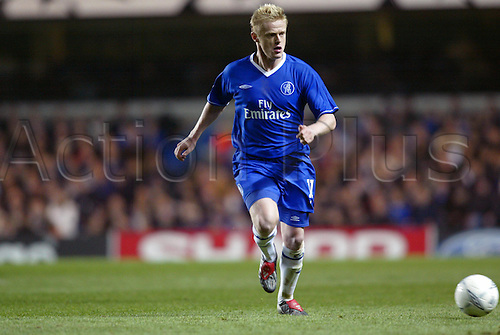October 22, 2003: Chelsea's Irish winger DAMIEN DUFF runs with the ball during the UEFA Champions League Group G game at Stamford Bridge. CHELSEA 2 v SS Lazio 1 Photo: Neil Tingle/action plus...soccer football 031022 player