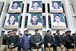 Champions Trophy Hockey mannen. Zware bewaking bij het National Hockey Stadium, waar de portretten van de Pakistaanse spelers levensgroot zijn opgehangen.