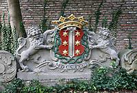 Tuin bij Museum Gouda. Twee leeuwen houden het wapen van Gouda vast.
