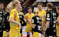 EHF Champions League Handball Damen / Frauen / Women - HC Leipzig HCL : SD Itxako Estella (spain) - Arena Leipzig - Gruppenphase Champions League - im Bild: ein bedrücktes HCL-Team nach dem Abpfiff - lange Gesichter - Anne Müller (m.) , Luisa Schulze. Foto: Norman Rembarz .