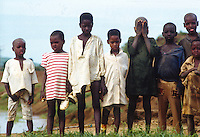 Burkina Faso  Un gruppo di ragazzi in fila, uno di questi si copre il volto con le mani<br />