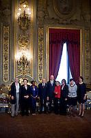 Giorgio Napolitano ed Enrico Letta posano con le ministro donne al termine della cerimonia di giuramento del nuovo Governo Letta nel Salone delle Feste del Quirinale.