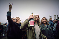 Berlino, 9 Novembre, 1989. Tedeschi dell'Est entrano a Berlino Ovest attraverso un varco nel muro subito dopo la sua caduta. East German citizens are applauded by West Berliners as they crossed the border to visit West Berlin. Thousands of East Germans moved into West Berlin after the opening of the wall by East German government.
