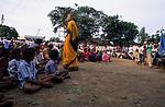 INDIA, state Gujarat, Narmada river and dams, rally against the dams, Medha Patkar the leader of NBA Narmada Bachao Andolan, movement to save the Narmada / INDIEN, Gujerat, Narmada Fluss und Staudaemme, Medha Patkar, Leiterin der NBA Narmada Bachao Andolan, Bewegung zur Rettung der  Narmada, auf einer Kundgebung gegen grosse Staudaemme