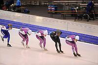 SCHAATSEN: HEERENVEEN 26-11-2014, Shani Davis bereidt zich deze week voor in Nederland op de World Cup van Berlijn en Heerenveen.<br /> Davis heeft tijd nodig om te acclimatiseren na de twee World Cups in Azi&euml;. <br /> Door het grote tijdsverschil en de lange reistijd moet hij, net als zijn collega schaatsers, herstellen van een jetlag. <br /> In Nederland mag Davis meetrainen met de schaatsers van het team van Beslist.nl.<br /> Door bemiddeling van Ingrid Paul kwam Davis terecht bij het team onder leiding van Gerard van Velde.<br /> Kai Verbij, Pim Schipper, Thomas Krol zijn daarbij zijn sparringpartners. <br /> In een ontspannen sfeer werkten de mannen hun trainingsprogramma af, &copy;foto Martin de Jong