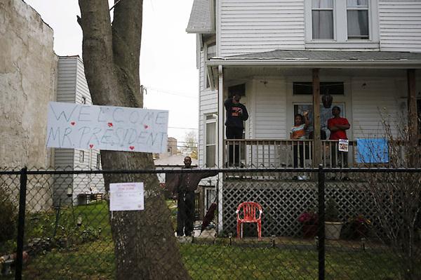 CHG08. CHICAGO (EE.UU.), 25/10/2012.- Una familia saluda la caravana del presidente de los Estados Unidos, Barack Obama, a su llegada hoy, jueves 25 de octubre de 2012, al centro comunitario Martin Luther King en el vecindario de Bronzeville de Chicago (EE.UU.). Obama se convirtió en el primer presidente en ejercicio que hace uso de su derecho de votar por adelantado y no esperar al día de la elección para acudir a las urnas. EFE/BRIAN CASSELLA / POOL..