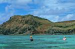 """Lagon de Rodrigues.  Les poulpes ou """"ourites"""" font partie de l'alimentation ancestrale des Rodriguais. Tous les matins à marée basse, des dizaines de femmes vont pêcher les ourites..At low tide, women are going to catch octopus (ourites)"""