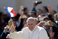 Papa Francesco saluta i fedeli al suo arrivo all'udienza generale del mercoledi' in Piazza San Pietro, Citta' del Vaticano, 22 aprile 2015.<br /> Pope Francis waves to faithful as he arrives for his weekly general audience in St. Peter's Square at the Vatican, 22 April 2015.<br /> UPDATE IMAGES PRESS/Riccardo De Luca<br /> <br /> STRICTLY ONLY FOR EDITORIAL USE