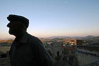 San Giuseppe Iato, luglio 2005. Un anziano con la tipica scoppola siciliana a San Giuseppe Iato uno dei paesi a più alta densità mafiosa.