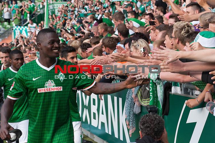 17.08.2013, Weser Stadion, Bremen, GER, 1.FBL, Werder Bremen vs FC Augsburg, im Bild<br /> <br /> Jubel Emotionen pur <br /> <br /> Assani Lukimya (Bremen #5)<br /> bei den Fans  <br /> Foto &copy; nph / Kokenge