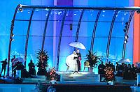 RIO DE JANEIRO, RJ, 25 DE JULHO DE 2013 -JMJ RIO 2013-PAPA FRANCISCO EM COPACABANA-Moradores da comunidade de Manguinhos aguardam a visita do Papa Francisco na manha desta quinta-feira, 25, em Manguinhos, zona norte do Rio de Janeiro.FOTO:MARCELO FONSECA/BRAZIL PHOTO PRESS