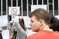 SÃO PAULO, SP, 29.11.2015 - FUVEST-SP - Estudantes aguardam abertura dos portões para a 1ª fase da Fuvest 2016, na Uninove no bairro da Barra Funda região oeste de São Paulo neste domingo, 29. (Foto: Marcos Moraes/Brazil Photo Press)