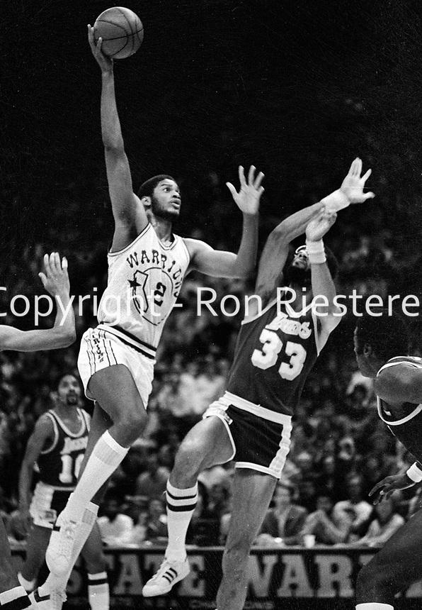 Warriors Joe Barry Carroll against Kareem Abdul Jabbar. (1981 photo/Ron Riesterer)