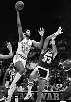 Warriors Joe Barry Carroll against Kareem Abdul Jabbar. (1981 photo/Ron Riesterer)