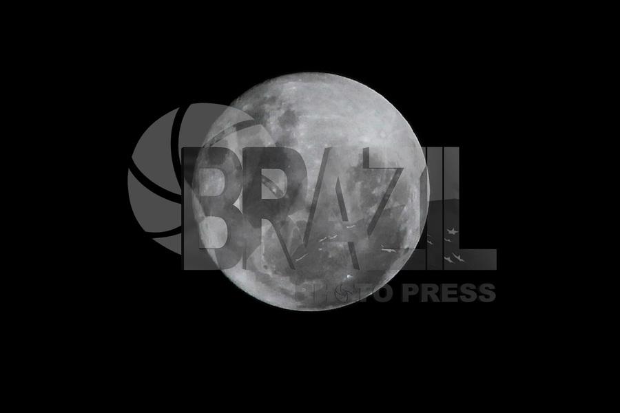 POUSO ALEGRE, MG, 14.11.2016 -SUPER-LUA - Vista da lua cheia nomeada de super lua na cidade de Pouso Alegre no interior de Minas Gerais nesta segunda-feira, 14. (Foto: Carlos Pessuto / Brazil Photo Press)