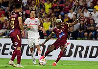 IBAGUE - COLOMBIA, 19-02-2020: Omar Albornoz del Tolima disputa el balón con Musto del Internacional durante partido por la fase 3 ida de la Copa CONMEBOL Libertadores 2020 entre Deportes Tolima de Colombia y SC Internacional de Brasil jugado en el estadio Manuel Murillo Toro de la ciudad de Ibagué. / Omar Albornoz of Tolima struggles the ball with Musto of Internacional during match for the phase 3 first leg as part of Copa CONMEBOL Libertadores 2020 between Deportes Tolima of Colombia and SC Internacional of Brazil played at Manuel Murillo Toro stadium in Ibague. Photo: VizzorImage / Cristian Alvarez / Cont